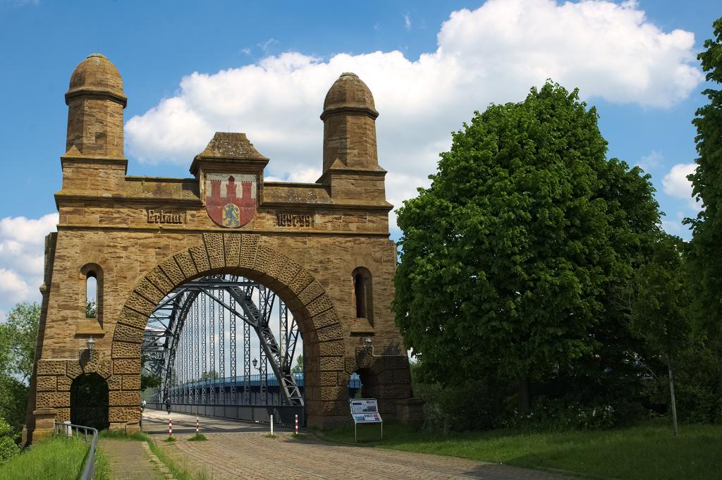 Das südliche Portal der alten Harburger Elbbrücke.