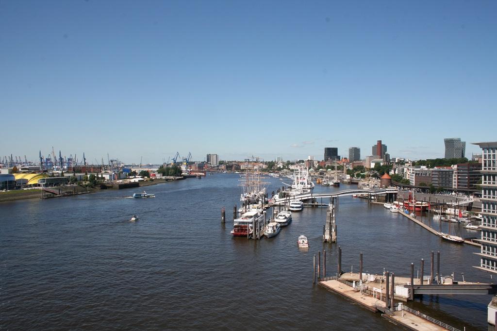 Ausblick auf den Hamburger Hafen und die Elbe. Aufgenommen von der Aussichtsplattform der Elbphilharmonie.