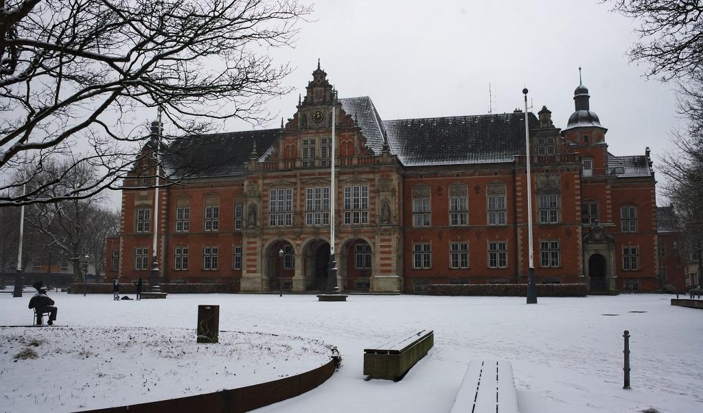 Ein Bild vom Harburger Rathaus an einem winterlichen Sonntag.