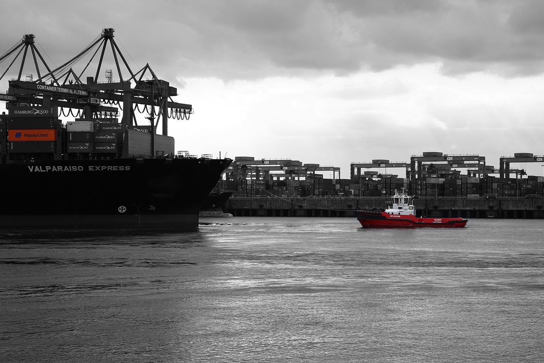 """Hapag-Lloyds """"Valparaiso Express"""" beim andocken an das Containerterminal Altenwerder"""