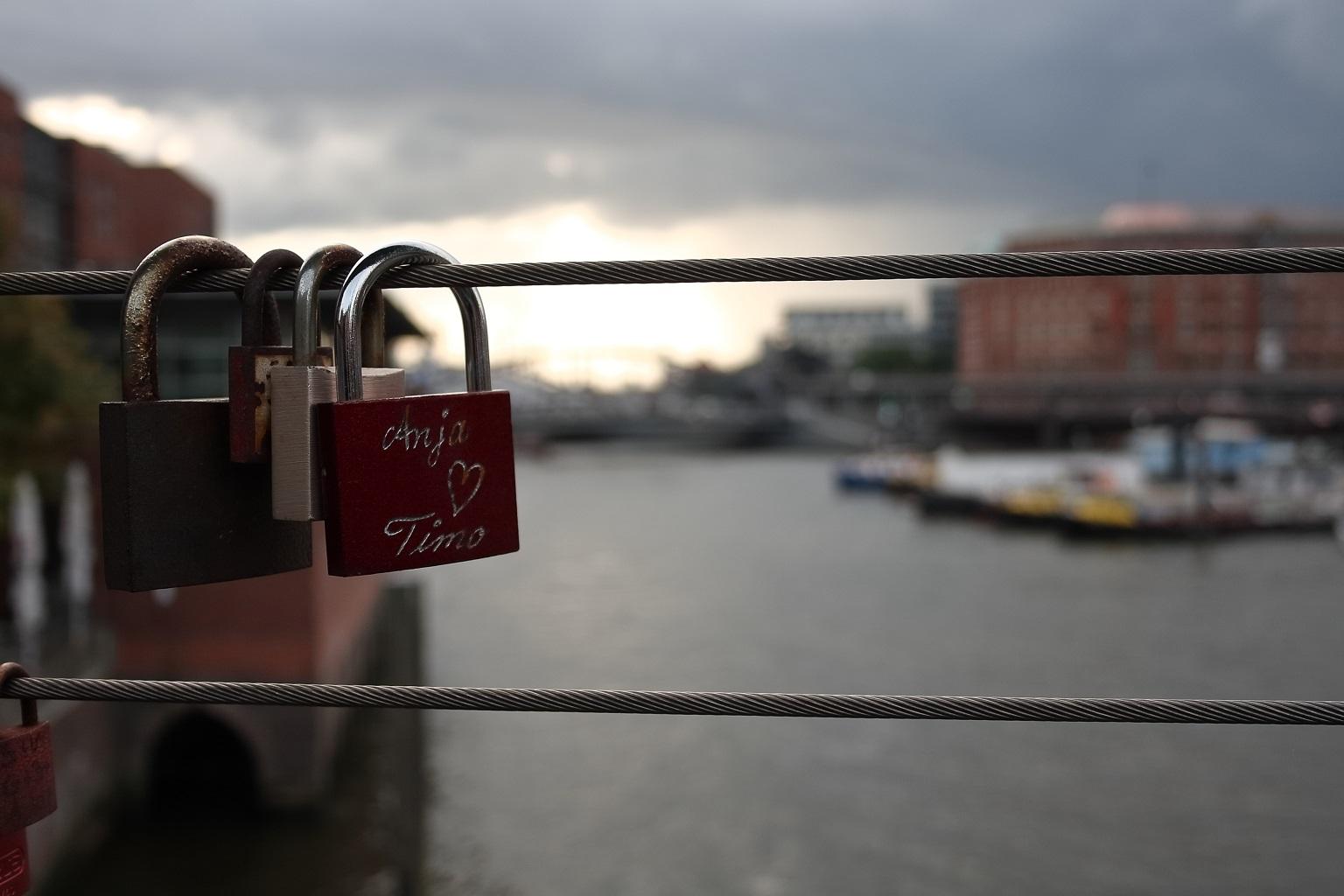 Bild eines Liebesschlosses im Hamburger Hafen