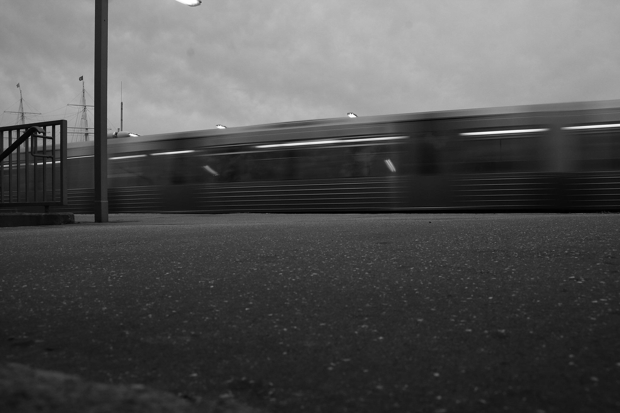 Ein Zug der Hamburger Hochbahn bei der Abfahrt.