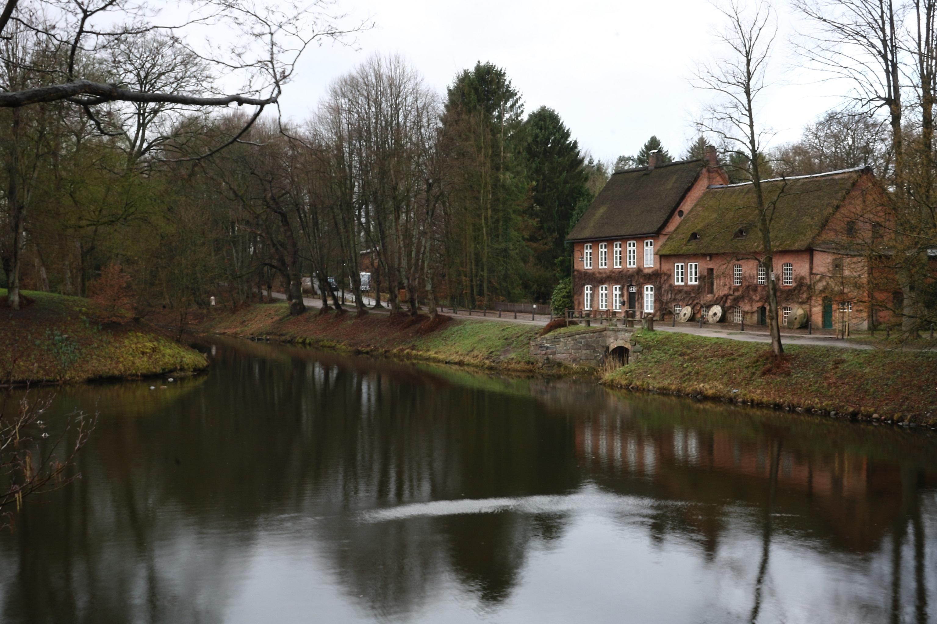 Die auf dem Bild zusehende Wassermühle gehört zum Schloss Ahrensburg und wurde im laufe der Zeit mehrfach umgebaut.